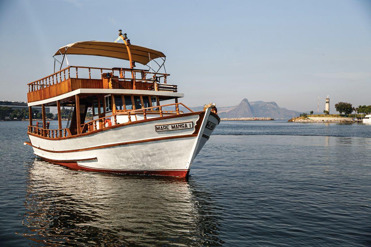 uma embarcação clássica de madeira, desenhada especialmente para passeios náuticos e batizada de Maré Mansa